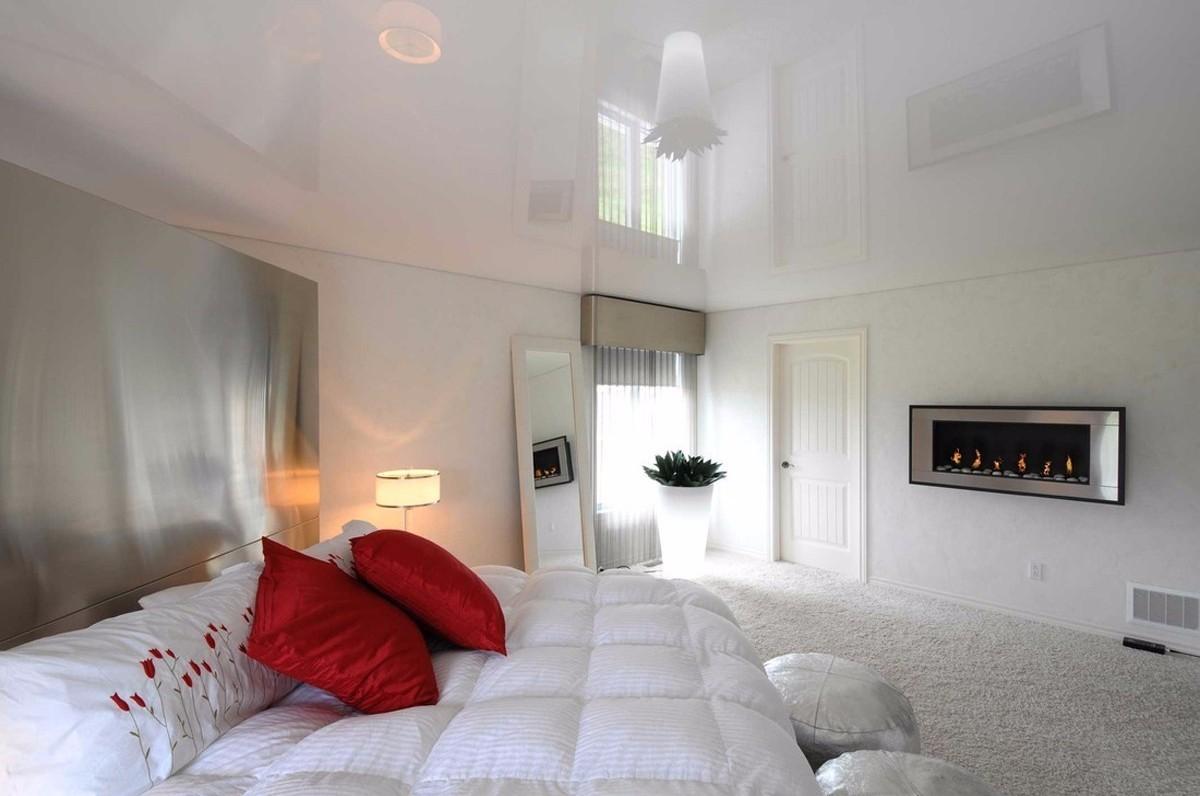 Глянцевые натяжные потолки – когда уместно выбирать именно такой вариант